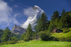 Matterhorn e cabana velha no dia de verão Fotografia de Stock Royalty Free
