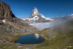 Matterhorn en Rillelsee-meer, Zwitserse Alpen Stock Fotografie
