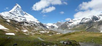 Matterhorn en un zermatt Suiza del valle verde Imagen de archivo libre de regalías