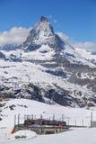 Matterhorn et un Bahn Photographie stock libre de droits