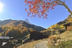 Matterhorn et Zum voient le village Photographie stock libre de droits