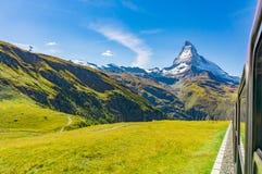 Matterhorn från drevfönstret, Schweiz Royaltyfri Fotografi
