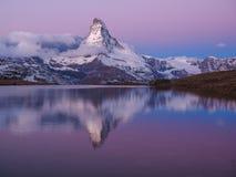 Matterhorn i otta med relfectionen i StelliSee, Zermat fotografering för bildbyråer