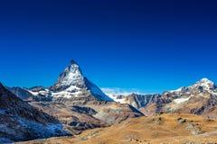 Matterhorn maximumberg i sommar med klar blå himmel och dagmånen på Zermatt Schweiz, Europa arkivbilder