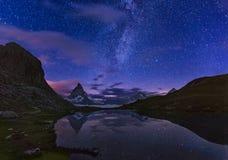 Matterhorn med Riffelsee på natten, Zermatt, fjällängar, Schweitz royaltyfria bilder