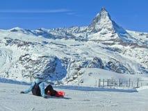 Matterhorn mit dem Ski fahren einiger Skifahrer Lizenzfreies Stockbild