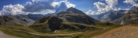 Matterhorn och fjällängberg panorama, Schweiz royaltyfri bild