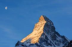 Matterhorn och måneuppsättning Arkivbild