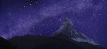Matterhorn och Vintergatan Arkivbild