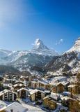 Matterhorn på soliga vinters dag Arkivfoton