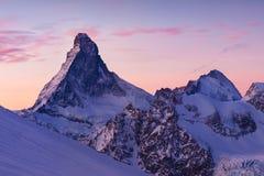 Matterhorn pendant l'hiver C'est une montagne des Alpes, écartant les jambes la ligne de partage et la frontière principales entr photographie stock libre de droits
