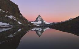 Matterhorn refletiu no Riffelsee Imagens de Stock