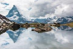 Matterhorn reflexion i sjön Arkivbild