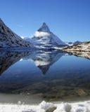 Matterhorn reflexion på Riffelsee sjön, fjällängar arkivfoto