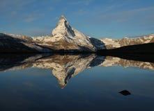 Matterhorn som avspeglar i sjön Stellisee arkivfoton
