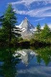 Matterhorn som reflekterar i Grindjisee - en av sjöarna på 5na Arkivfoto