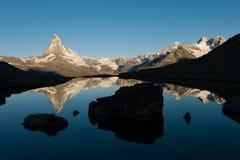 Matterhorn som reflekterar i Stellisee under soluppgång royaltyfria bilder