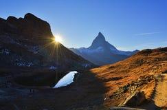 Matterhorn-Spitze reflektiert in Riffelsee bei Sonnenuntergang lizenzfreies stockbild