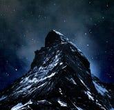 Matterhorn sur le ciel nocturne Photos stock