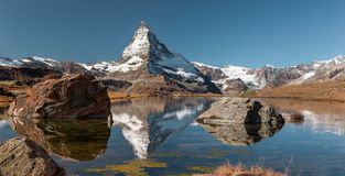 Matterhorn szczytowy i jeziorny odbicie Obrazy Royalty Free