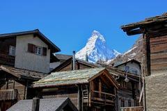 Matterhorn ustawiający za drewnianymi stróżówkami Obraz Stock