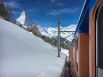 Matterhornberg en alpien landschap met Gornergrat-spoorweg royalty-vrije stock foto's