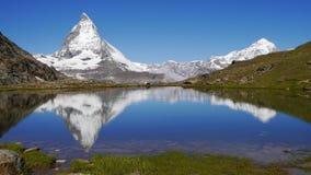 Matterhornbezinning over Riffelsee Stock Afbeeldingen