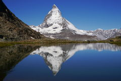 Matterhornbezinning over Riffelsee Stock Foto
