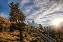 Matterhornpiek met spoorweg tegen zonsondergang in Zwitserse Alpen, Zwitserland Royalty-vrije Stock Foto's