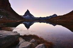 Matterhornpiek in Riffelsee bij zonsondergang wordt weerspiegeld die stock afbeeldingen