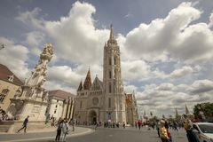 Matthias Church και ιερό άγαλμα τριάδας από Fishermans Bastion στοκ εικόνες