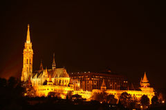 Matthias Church på natten i Budapest Arkivbild
