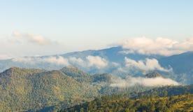 Mattina al paesaggio delle montagne Immagine Stock