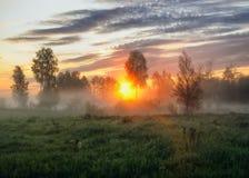 Mattina alba vicino ad un fiume pittoresco Fotografie Stock Libere da Diritti