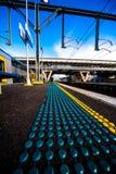 Mattina alla piattaforma della stazione ferroviaria con i puntini di sicurezza Immagini Stock Libere da Diritti