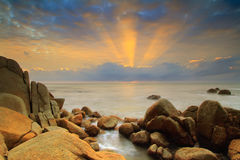 Mattina alla spiaggia con il raggio di luce Immagine Stock