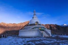 Mattina allo stupa di Shanti in Leh Immagini Stock