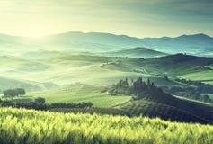 Mattina in anticipo della molla in Toscana immagini stock