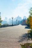 Mattina in anticipo di autunno nella città Fotografie Stock Libere da Diritti