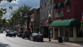 Mattina che stabilisce colpo delle stanze frontali di negozio generiche di Main Street della cittadina stock footage