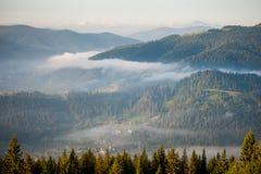 Mattina con nebbia sopra i pendii di montagna Fotografia Stock Libera da Diritti