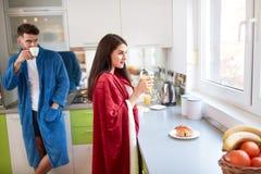 Mattina in cucina immagini stock libere da diritti
