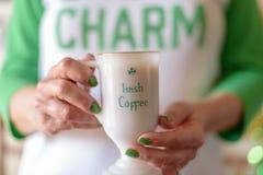 Mattina del giorno di St Patrick con una tazza di irish coffee fotografie stock