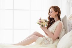 Mattina del ` s della sposa del boudoir Ragazza dai capelli rossi sveglia nel suo giorno delle nozze fotografia stock