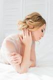 Mattina del ` s della sposa del boudoir Immagine Stock
