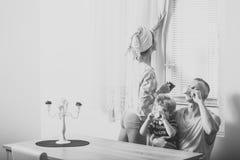 Mattina della famiglia Concetto di routine di mattina La madre ed il padre ed il bambino si siedono alla tavola nella mattina La  Fotografia Stock