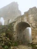 Mattina della foschia incurvata cancello antichissimo della fortezza Immagine Stock