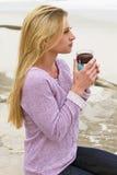 Mattina della giovane donna alla spiaggia Fotografia Stock