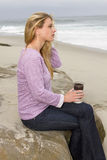 Mattina della giovane donna alla spiaggia Fotografie Stock Libere da Diritti