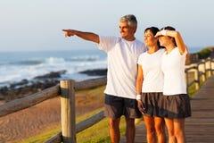 Mattina della spiaggia della famiglia Immagine Stock Libera da Diritti